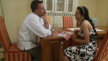 Брюнеточка в черно-белом платье трахается на стуле и на столе