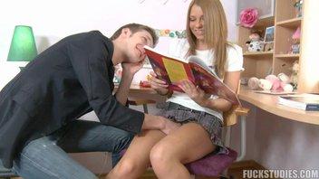 Русской красивой молодой девушке парень помогает и за это ее трахает в жопу здоровым болтом