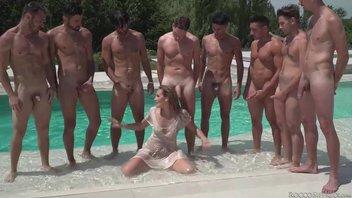 Самец Рокко Сиффреди (Rocco Siffredi) вместе с другими мужиками мощно тестирует шлюшку, Линда Леклер (Linda Leclair) классно ебенится