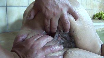 Опытную шлюшку рабочий хуй отлично трахает в рот (горловой минет) и сраку (анальный секс)