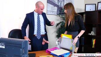 Начальник имеет сексуальную сучку секретаршу