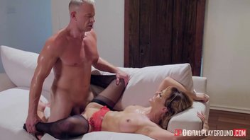 Блудница Чери  Девиль (Cherie Deville) трахается в вагинальное отверстие