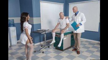Врач шпилит сексуальную медсестру перед дедушкой