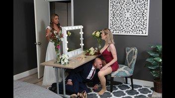 Жених развлекается с подружкой невесты перед свадьбой