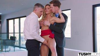 Красивая блондинка с классной фигурой желает сношаться с двумя членами