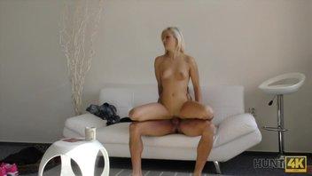 Белый диванчик и телка, которую мужик на этом диване трахает