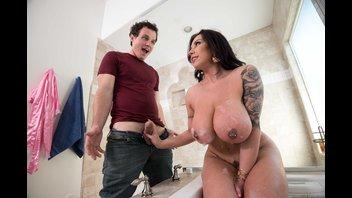 Сочная кобылка с большими дойками изменяет бойфренду с его другом в ванной комнате
