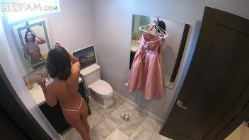 Девушку красиво одели в платье