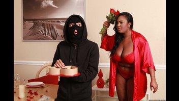Большая черная баба трахнула молодого грабителя в день святого Валентина