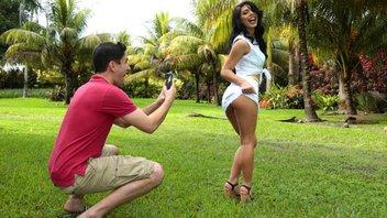 Парень фотографирует молодую сучку на телефон, затем любительницу фоткаться хорошенько трахает своим здоровым членом