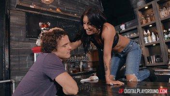 Алиса награждает Робби грязным сексом на стойке в баре