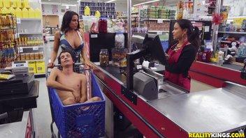 Развратная мамочка трахнула пацана в продуктовом магазине