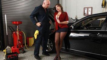 Грудастая цыпочка Кэссиди Бэнкс хочет расплатиться за ремонт своего автомобиля своей вагиной