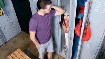 Кайл Мейсон трахает в раздевалке сексуальную крошку Келси Кейдж