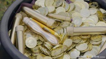 Горшок с золотыми фаллоимитаторами