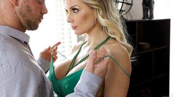 Кензи Тейлор празднует День Св. Патти в зеленом платье и зеленых бусах