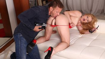 Рокко Сиффреди, горячая сучка и игрушка – парочка снимает неплохую порнографию