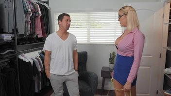 Джесси Джонс катает на члене мамашу в своей гардеробной