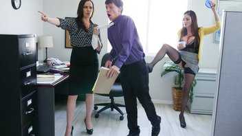 Мощный офисный секс втроем