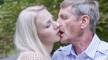 Старик на свежем воздухе трахает молодое тело – ебля девки шлюхи и старого члена