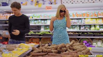Порно с горячей мамашей в продуктовом магазине