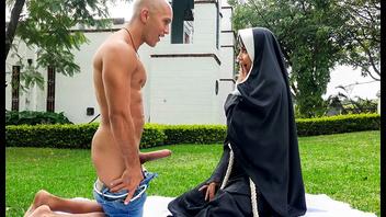 Грязная монахиня трахается с садовником