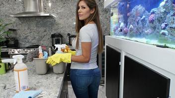Милая девушка из Аргентины была нанята для уборки дома Шона Лоулесса
