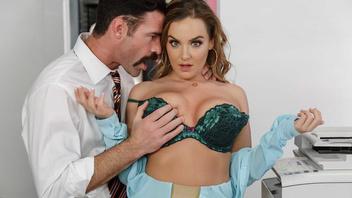 Босс пристал к секретарше прямиком возле принтера и уломал на секс