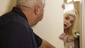 Две блондинки лизались и сосались и тут сосед услышал их крики и они разрешили ему посмотреть