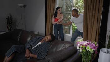 Чернокожий парень залез в окно к телке и трахнул ее в сраку