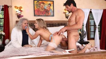 Старый Дэвид наблюдает, как Томми Ганн долбит влагалище его жены