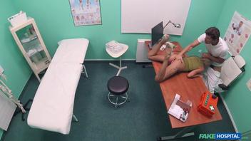Сладкая русская блондинка ест документы и сперму