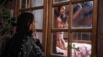 Одна девица видит в окно как вторая мастурбирует снимая на телефон и решает ей помочь