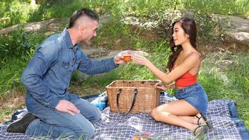 Пикник на природе это не только вкусная еда но и горячий секс