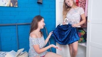 Две подружки обсуждали новую юбку а потом решили потрахаться с дилдо