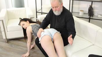 Молоденькая родственница отсасывает дедуле и ебется с ним