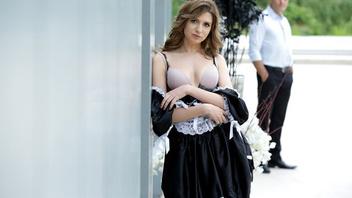 Горячая сучка не смогла сдержаться и трахнулась с парням прямо перед своим домом