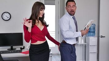Какая аппетитная задница у нового сотрудник подумала начальница и оттрахала его
