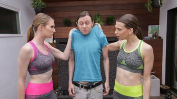 Две девушки спорят о том кого счастливый парень будет ебать первую