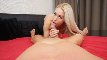 Красивая блондинка спешит заняться сексом с любимым мужчиной