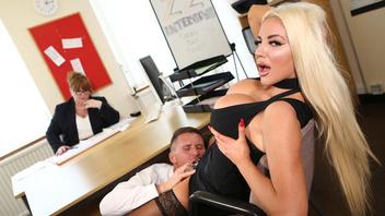 Жаркую беловолосую телку с огромной грудью трахнули прямо на рабочем столе