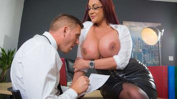 Трахнул свою секретаршу в латексном костюме прямо в офисе