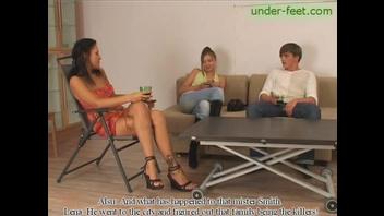 Две девушки решили поиздеваться над своим другом