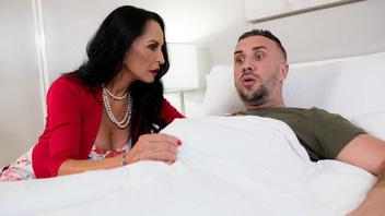 Зрелая дамочка решила вылечить заболевшего мужа ротиком и киской после чего получает сперму на лицо