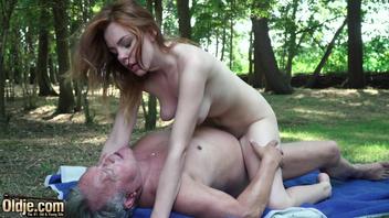 Дедок трахает рыжую в лесу
