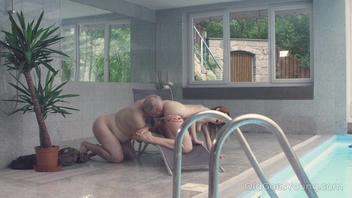 Старик трахает свежую брюнетку сзади у бассейна