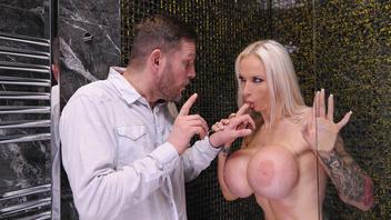 Поддельные сиськи зрелки только возбуждает мужика и просит чтобы тот её трахнул