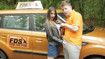 Таксист обещает научит сучку водить машину и в итоге растягивает её узкую дырочку
