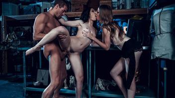 Молодая пара удовлетворяет озабоченную брюнетку в хорошем сексуальном наряде
