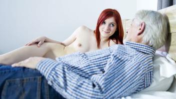 Молодая шаловливая рыжуха любит зрелых мужчин которые всегда готовы её трахнуть